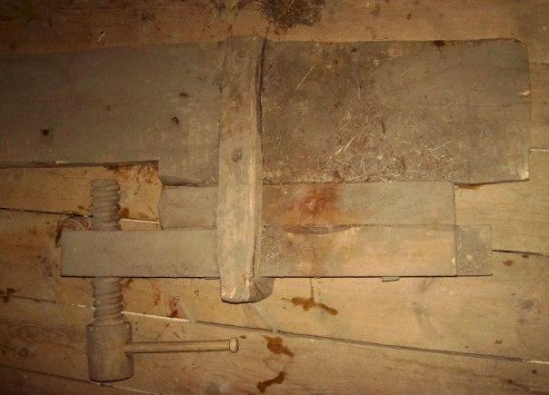 Undersida av høvelbenken frå Li. Framtanga er festa i planken med ein (rot?) krok som er nagla i planken og med kroken haka om framtanga. Foto: Ryfylkemuseet.