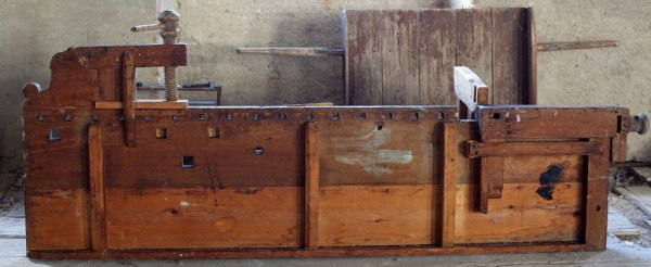 Hyvelbänkens undersida. Foto Roald Renmaelmo.