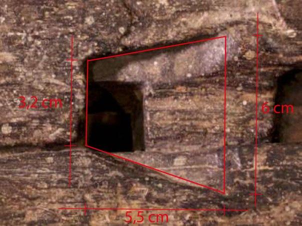 Forslag til målsetjing på spora etter benkehaken. Måla er tatt frå foto på grunnlag av at måla på holet for stammen er 23 x 25 cm. Foto og mål: Roald Renmælmo