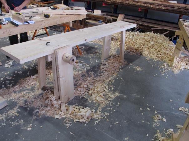 Kopi av høvelbenken frå Eggagården på Røros. Kopien er bygd av Sjur Nesheim, Trond Oalann og Roald Renmælmo i 2010. Foto: Roald Renmælmo