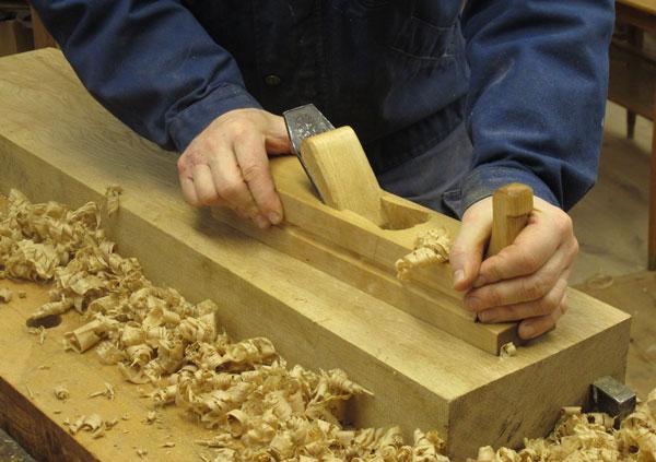 """Hyveln är tillverkad i björk och är 15"""" lång. Stålet är 2"""" brett, märkt  B.O Lidberg Rosenfors.  Det är ursprungligen tillverkat för klaff. Klaffen är borttagen och stålet används oklaffat. Jag kommer att tillverka fler hyvlar och då med nysmidda stål efter äldre förlagor. Foto: Tomas Karlsson"""