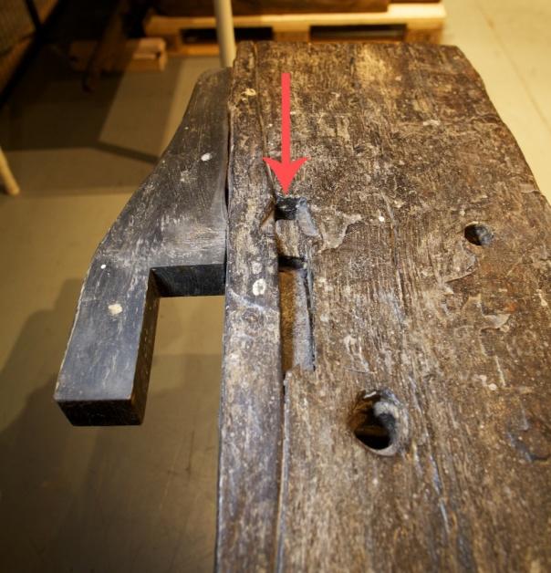 Plassering av holet for benkehaken i høvelbenken frå Vasaskipet er markert med raud pil. Foto: Roald Renmælmo