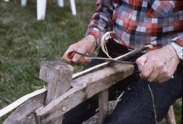 Roald Utgård held fast bandet ved å spenne frå så klypa klemmer til. Foto: Atle Ove Martinussen, Norsk håndverksinstitutt