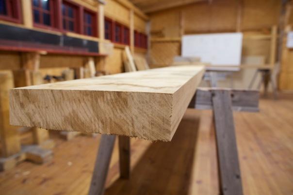 """Planken til benkeplata er 3,5 meter lang, 14"""" brei og 3 1/2"""" tjukk. Den blir nok stødig som høvelbenk. Eg siktar med kameraet langs eine kanten. Planken ser ganske rett og fin ut. Foto: Roald Renmælmo"""