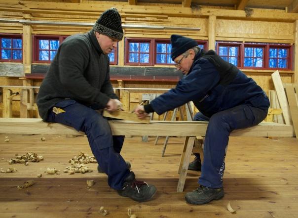 Tomas (th) og Roald høvlar flask på emnet til benkeplata på høvelbenken. Foto: Roald Renmælmo