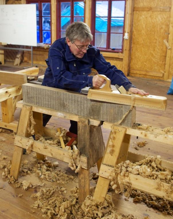 For å lettare få kantane beine brukte vi langhøvel til siste justering. Denne høvelen er av nyare tysk fabrikat og er ein del av verktøyet som brukast til snikkarkurset i Mariestad. Våre eigne langhøvlar fekk ikkje plass i kofferten på reisa hit. Foto: Roald Renmælmo