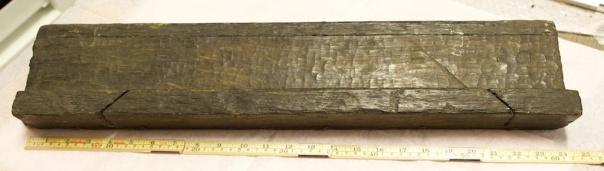 Støtbrettet er omlag ei alen langt og har utsparing for saging i vinkel i venstre kant og sagsnitt for saging i gjeringsvinkel. Det har registreringsnummer 4876 på Vasamuseet. Foto: Roald Renmælmo