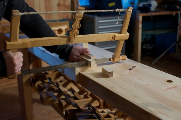 The first test of the Vasa bench hook. This is the thing I did need to make my workbench complete. I am using a bowsaw for the first test. I similar saw is in the collection of tools from Vasa. Photo: Roald Renmælmo