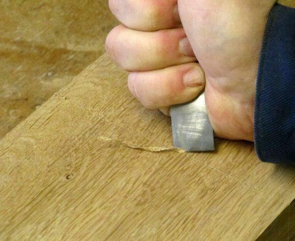 """För att underlätta att få ett """"skarpt"""" sågsnitt vid kapningen av slitsen förstärks ritsen. Foto: Tomas Karlsson."""