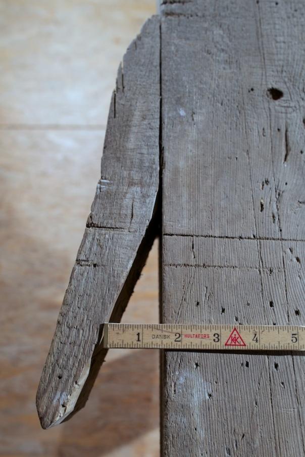 På sida på høvelbenken er det ei bordklype for å halde bord som skal høvlast på kant. Foto: Roald Renmælmo