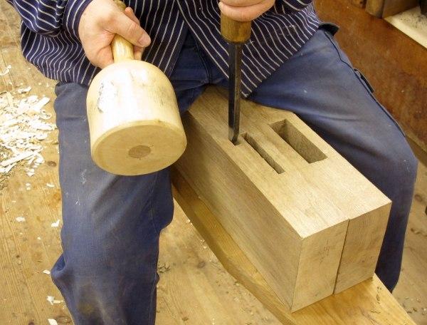 """Jag använder samma teknik som hvid huggningen av tappålen i skivan. Hålen huggs  8,5 cm djupa i båda benen. Lockbetteln är en knapp 1/2"""" tjock. Foto: Tomas Karlsson"""
