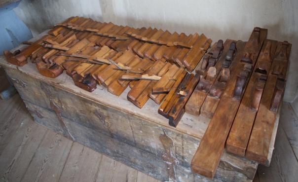 Samling av høvlar på Skokloster slott. Denne grupperinga viser dei høvlane som var bestilt i 1664. Dei var levert av verktøymakaren Jan Arendtz i Amsterdam, hans stempel finnast på dei fleste høvlane. Foto: Roald Renmælmo