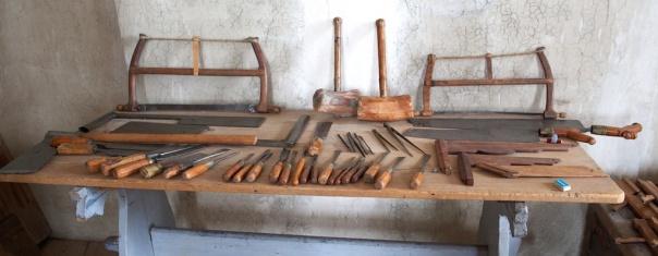 Også økser, hoggjarn, sager og liknande var med i leveransen frå Jan Arendtz i 1664. Dei to grindsagene var også ein del av leveransen. Det er mogleg dei enda har sine originale blad. Foto: Roald Renmælmo