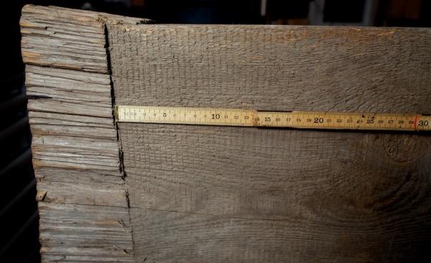 I enden av høvelbenken er det tydeleg utkløyving den siste biten. Dette er typisk for enkeltblada oppgangsager der stokken ligg berre på fram- og bakdyna. Ein ser også at det er regelmessig vinkel og avstand mellom kvart sagtak. Det er liten frammating som ein skulle vente av ein stokk av så stor dimensjon. Foto: Roald Renmælmo