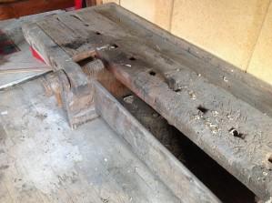 Same benk som førre bilete. Det ser ut som understellet er av breie bord. Under er ei kasse til verktøy eller liknande. FINN-kode: 48069568