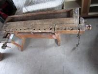 """I annonsa står det: """"Gammel høvelbenk kjøpt fra Televerket rundt 1950 tallet"""". Benken er 228 cm lang og 90 cm brei. Det er treskruvar på fram og baktang. Baktang er som standard L forma. FINN-kode: 48249572"""
