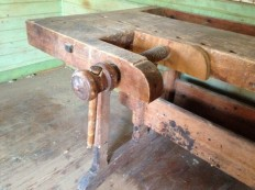 Detalj av framtang. Benken har spennbold som sikring for å halde presset på framtang. FINN-kode: 48032795