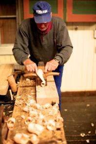Dei korte stykka kunne han høvle frå enden av høvelbenken og fekk då stå rett bak høvelen. Legg merke til grepet med peikefingrane som stør høvelstokken på sida av høveltanna. Foto: Roald Renmælmo