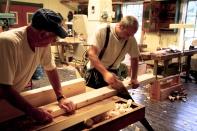 Sjur (t.v.) held emnet fast medan Trond Oalann kappar. Korte bord han vere vanskelege å få til å ligge støtt. Foto: Roald Renmælmo