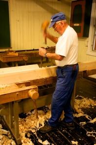 Også når han tappa ut for slissane var emnet spent fast i benken. Han bora nokre tapphol og tappa nokre for å vise båe arbeidsmåtane. Foto: Roald Renmælmo