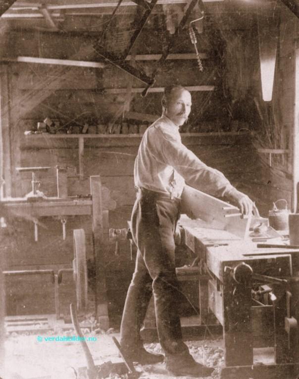 Snikkar Ole Ellingsen Bruheim. Bilete lånt frå sida Verdalsbilder.no, teksten deira er: Da Ole Ellingsen Bruheim døde i 1923 hadde han laget 1866 likkister. Den siste laget han til seg selv. Han førte sirlig oversikt i små notisbøker over hver eneste en som skulle ha kistene. Videre skrev han inn fødselsdato, dødsdato og dødsårsak. Og tilslutt om de hadde skaffet materialene selv. Bildet er fra 1898. For den som har interesse av å vite mere om denne mannen og hans virke så finnes det en artikkel i Verdal Historielag`s årbok fra 2004. Utlånt av Otto Johnson