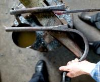 Emna ferdig til sveising ved sidan av ein ferdig hake for å vise korleis det vert sjåande ut ferdig. Foto: Roald Renmælmo