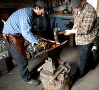 Det er viktig at stonga held jamn diameter for å låse godt i høvelbenken. Mattias har laga seg eit senkeverktøy som sikrar at diamteren vert jamt 25 mm i heile lengda. Foto: Roald Renmælmo