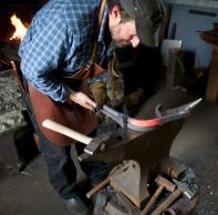 Mattias passar på å få starten av bøyen mest mogleg slik som på originalen. Foto: Roald Renmælmo