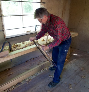 Tomas are using our new workbench for the first time when he is rippsawing a strip for holding the sliding deadman in place. The hight of the bench feels right for this kind of work. Photo: Roald Renmælmo