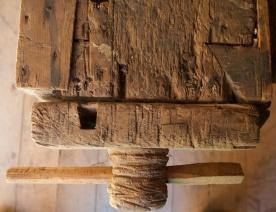 Detalj av baktang frå oppsida. Det er eit hol for benkehake i baktanga og ei rad med tilsvarande hol i benkeplata. Det er ikkje benkehake i benken i dag. Foto: Roald Renmælmo