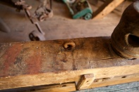 I enden er bolten, som held framtanga på plass, avslutta med ein ring. Foto: Roald Renmælmo