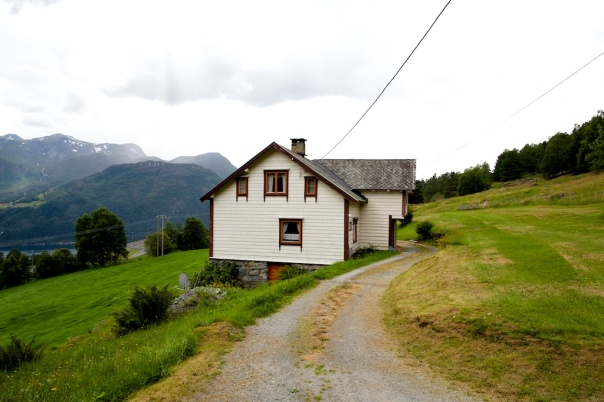 Gamlestova på garden Ullaland i Austefjorden i Volda. Stova er bygd sist på 1800-talet men det er hus frå så langt tilbake som 1600-talet på garden. Foto: Roald Renmælmo