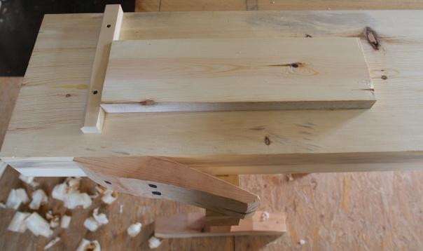 Når bordklipa er plassert rett over bukken så er det lettvindt å feste bord som skal høvlast på kant. Skråen på bordklipa får bordet til å låse seg fint på plass under høvling. Foto: Roald Renmælmo