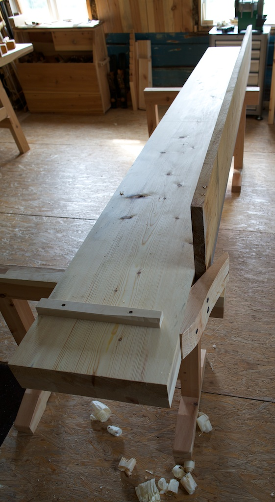 """Benkeplata til høvelbenken skulle helst ha vore ein oppgangssaga planke på 4"""" x 15"""" med lengde på 3,8 meter. Eg hadde ein slik tilgjengeleg og har i staden tatt utgangspunkt i ein tynnare plank som eg har limt på 2"""" x 4"""" kant i kant på undersida for å få tilsvarande tjukne som den originale høvelbenken frå Helberg. Foto: Roald Renmælmo"""