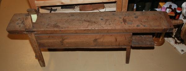 Benken har ein kraftig sarg som stivar han av og som samtidig fungerer som eit rom for verktøy. I enden er det ei baktang av tilsvarande type som på hjulmakarbenkane. Foto: Roald Renmælmo