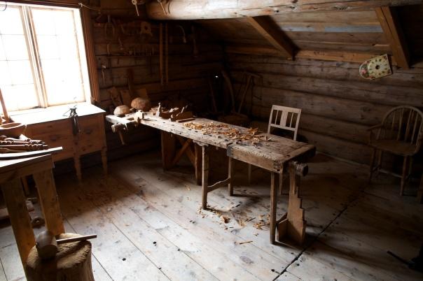 Høvelbenken på snikkarverkstaden på Meldal bygdemuseum. Benken er ein del av utstillinga. Derfor er det litt verktøy og høvelspon på benken. Han er ikkje i vanleg bruk. Foto: Roald Renmælmo