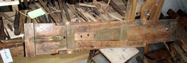 Høvelbenken frå undersida med foten samanslått. Her ser ein at skruven til baktanga ligg under benkeplata. Foto: Magnus Wammen