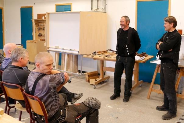 Smedane Torgeir Henriksen og Odd Inge Holmberget på Nidarosdomens restaureringsarbeider held eit foredrag om korleis dei har gått fram for å rekonstruere arbeidsmåten med å smi vindushengsler etter førebilete frå 1827. Foto: Roald Renmælmo