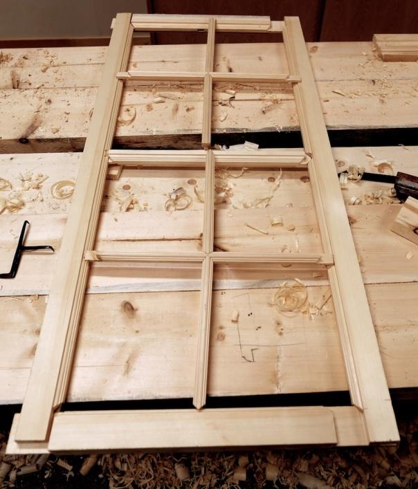 Vindauge av tre vert i dag produsert i fabrikkar eller større eller mindre maskinverkstader. Dette er delane til eit vindauge som er eit forsøk på å etterlikne eit handlaga vindauge frå ca 1850. Det er mange detaljar som er forskjellige frå vindauge som vert produsert i dag. Det meste er heilt ukjent for ein vanleg snikkar med fagbrev. Foto: Roald Renmælmo