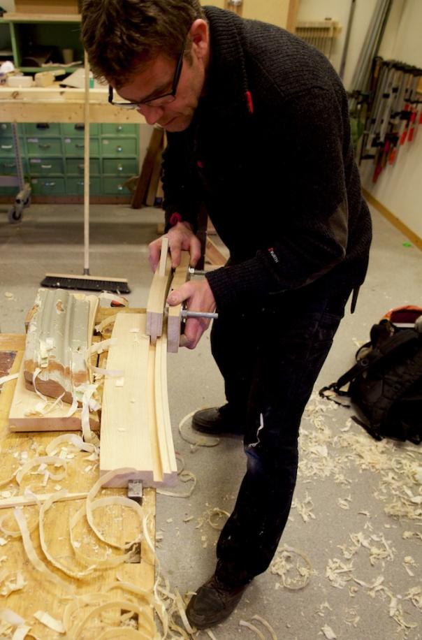Ei gruppe var leia av Olof Appelgren frå Skansen og Olaf Piekarski frå Rørosmuseet. Dei skulle prøve å kome fram til ein arbeidsmåte for å høvle det krumme listverket over vindauga på Tottieska gården på Skansen i Stockholm i Sverige. Her prøvar Hans Høgnes ut sin nylaga prototyp på ein ploghøvel med krum såle og krumt land. Foto: Roald Renmælmo
