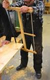 Demonstrasjon av kløyving av emne til dørlister. Gringdsaga, eller breisaga blir brukt og bordet spent fast på skottbenken til Thor Aage Heiberg på Sverresborg. Foto: Ellev Steinsli