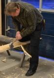 Emne til listverk blir kanta med øks etter strek med sotsnor. Foto: Ellev Steinsli