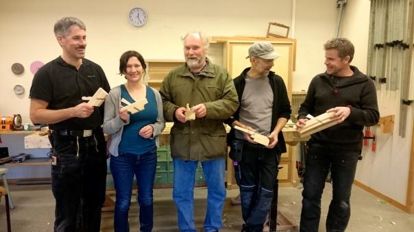 Frå venstre Olaf Piekarski, Anne Mari Mehus, Ole Jørgen Schreiner, Olof Appelgren og Hans Høgnes med sine ferdige høvlar siste dagen på seminaret.