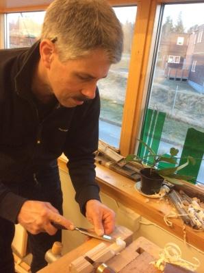 Olaf Piekarski arbeider med den eine profilhøvelen. Foto: Anne Mari Mehus