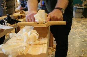 Den store hulkilhøvelen er laga som ein okshøvel for å kunne brukast av to mann. Slik kan ein høvle profilen effektivt. Foto: Rune Hoflundsengen