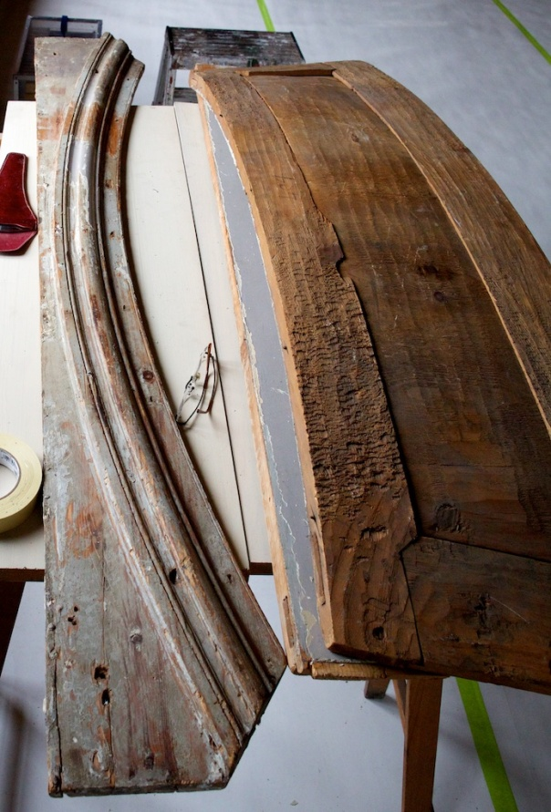 Tottieska gården er eit murhus med tjukke veggar. Vindusopningane har paneler som foringar og panelen oppe er krumma. Over denne panelen er det ei krum list som er høvla i eit stykke. Det var denne lista vi arbeidde med på vår gruppe på seminaret. Foto: Roald Renmælmo