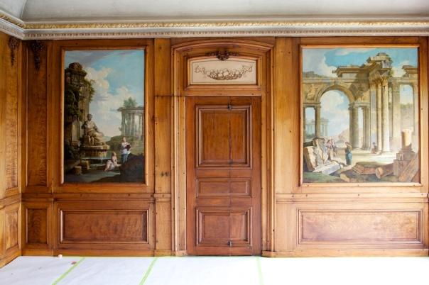 Innredning i Tottieska gården på Skansen. Snekkerdetaljene på bildet er i cubansk mahogni men i  de andre rommene som vi skal arbeide med er det furu som er materialen. Legg merke til den krumme lista over døra. Foto: Roald Renmælmo