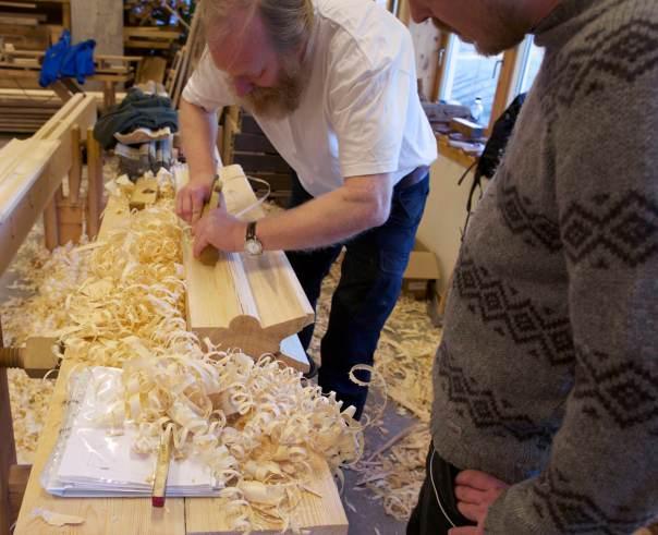Jarle høvlar til mønekjøl som er samansett av fleire staffprofilar. Foto: Roald Renmælmo
