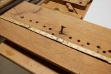 Den vesle haken kan vere den som har vore brukt som benkehake på denne benken? Eg har likevel litt problem med å sjå for meg korleis han har verka. Foto: Roald Renmælmo