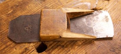 Kilen og høvelstålet. Stålet er stempla med Ward, ein verktøyprodusent i England. Foto: Roald Renmælmo